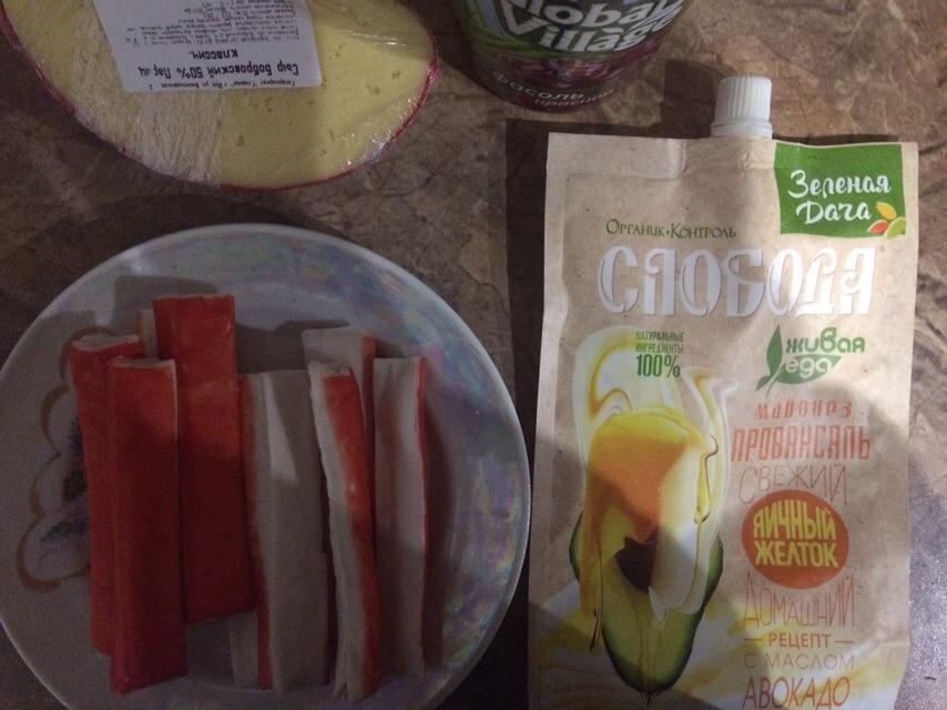 Фото рецепта - Нетипичный крабовый салат с сыром и фасолью - шаг 1