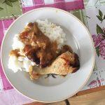 Рис с тушеной курицей в подливе
