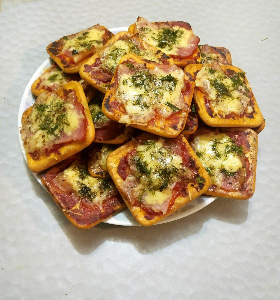 Фото рецепта - Снэки — «пицца» на печенье - шаг 6
