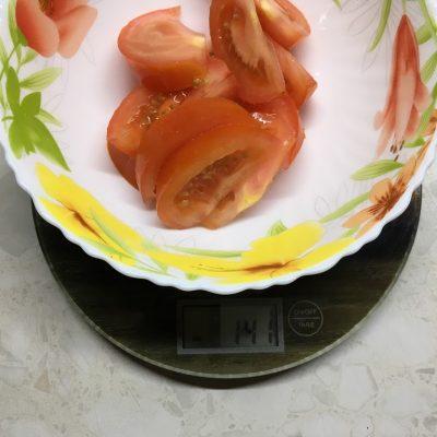 Фото рецепта - Салат из помидоров и жареных кабачков «Зимняя роза» - шаг 3