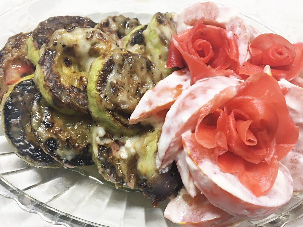 Фото рецепта - Салат из помидоров и жареных кабачков «Зимняя роза» - шаг 6