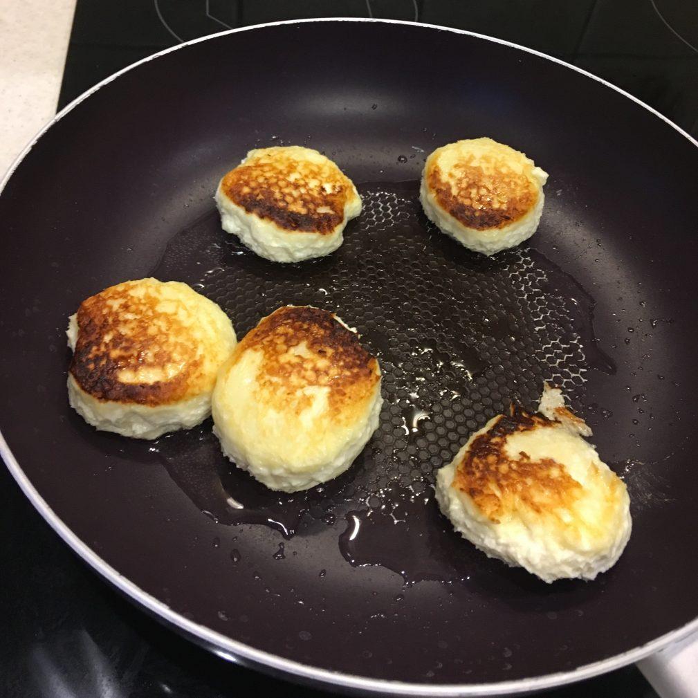 Фото рецепта - Сырники классические на сковороде - шаг 5