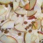 Фото рецепта - Шарлотка с яблоками и изюмом - шаг 3
