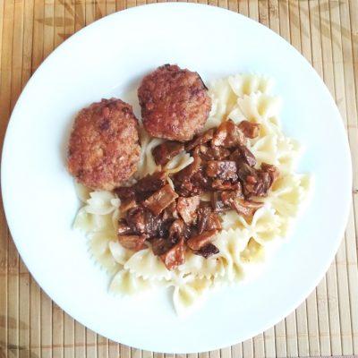 Котлеты из свиного фарша с грибным соусом - рецепт с фото