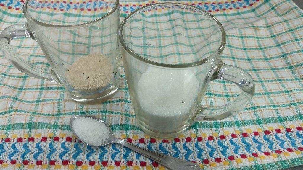 Фото рецепта - Постная кухня — пышные оладьи на дрожжах - шаг 1
