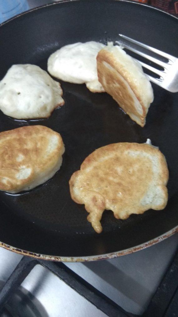 Фото рецепта - Постная кухня — пышные оладьи на дрожжах - шаг 9