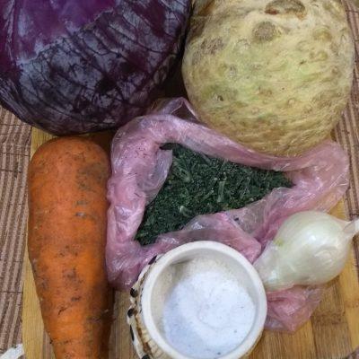 Фото рецепта - Витаминный салат из капусты и корня сельдерея с гренками - шаг 1