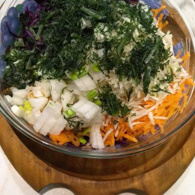 Фото рецепта - Витаминный салат из капусты и корня сельдерея с гренками - шаг 3