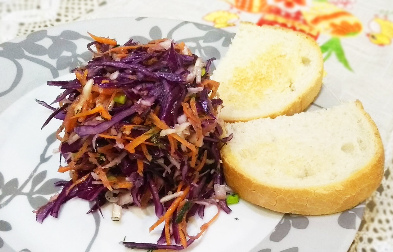 Витаминный салат из капусты и корня сельдерея с гренками