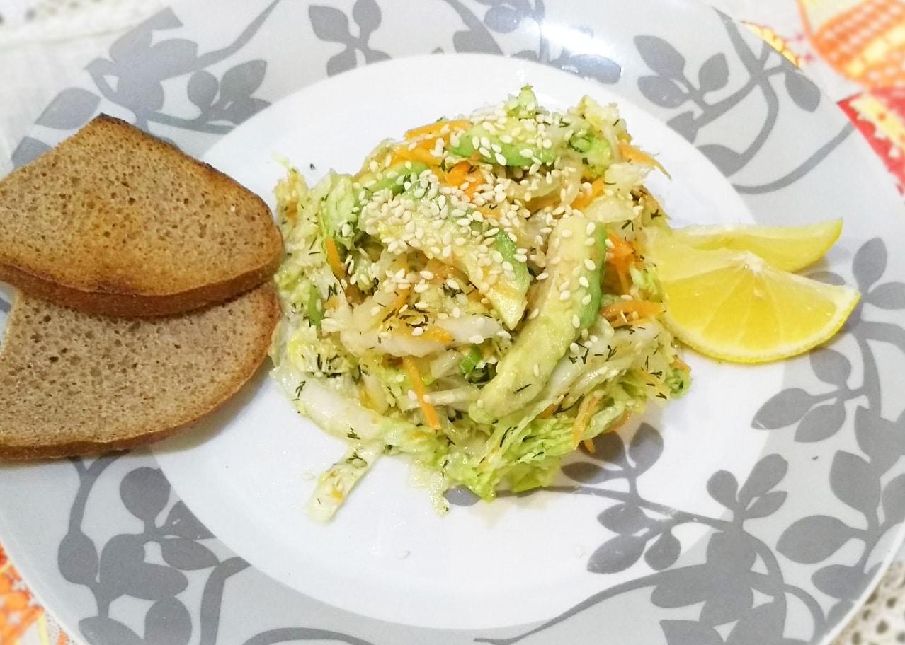 Витаминный салат из пекинской капусты и авокадо