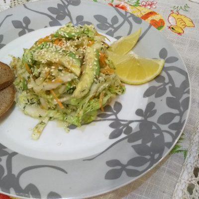 Фото рецепта - Витаминный салат из пекинской капусты и авокадо - шаг 3