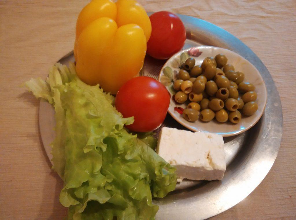 Фото рецепта - Салат из овощей с брынзой - шаг 1