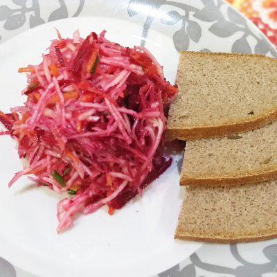 Легкий свекольный салат с сельдереем за 15 минут - рецепт с фото