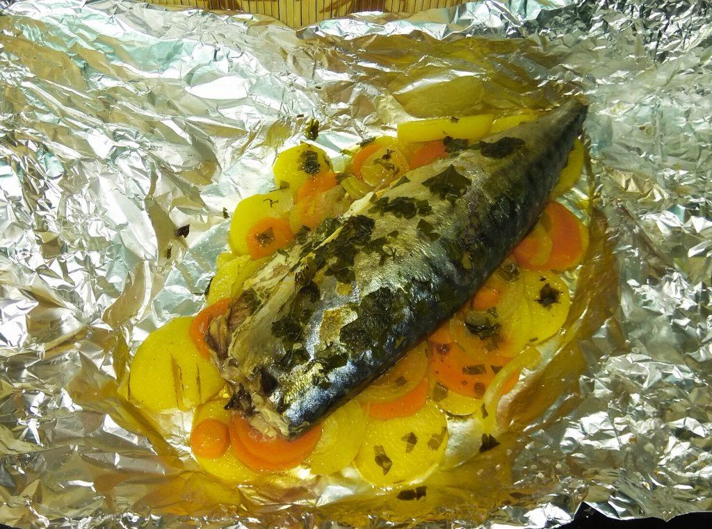 Фото рецепта - Скумбрия с имбирем на овощной подушке, в фольге - шаг 7