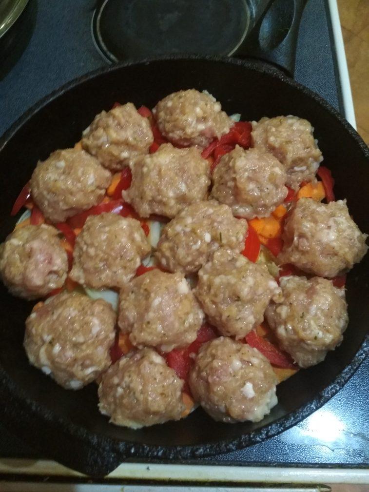 Фото рецепта - Свиные тефтели с картофелем и болгарским перцем - шаг 9