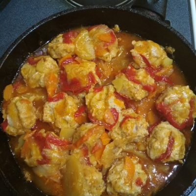 Фото рецепта - Свиные тефтели с картофелем и болгарским перцем - шаг 10