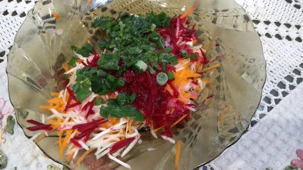 Фото рецепта - Пикантный салат из редьки и зеленого яблока - шаг 5