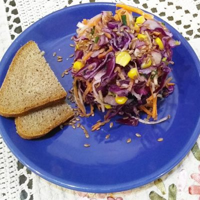 Краснокочанная капуста с кукурузой, яблоком и семенами льна - рецепт с фото