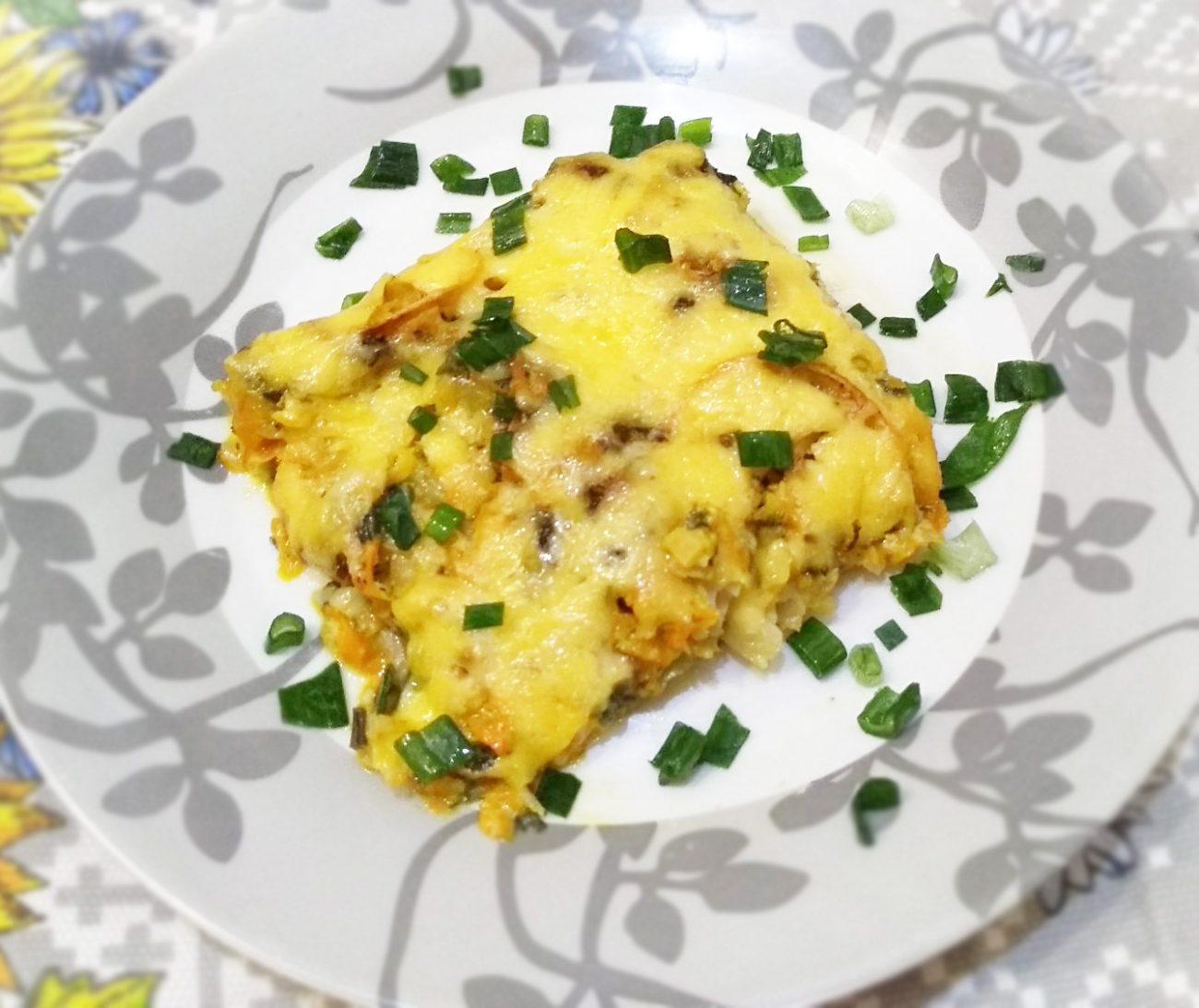 Минтай запеченный в духовке с овощами под сырно-сметанным соусом