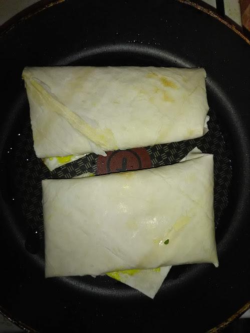 Фото рецепта - Сыр сулугуни с зеленью в жареном лаваше - шаг 4