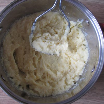 Фото рецепта - Вегетарианские картофельные котлеты в сырном соусе с шампиньонами - шаг 1