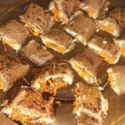 Печеночные рулетики с морковно-луковой начинкой - рецепт с фото