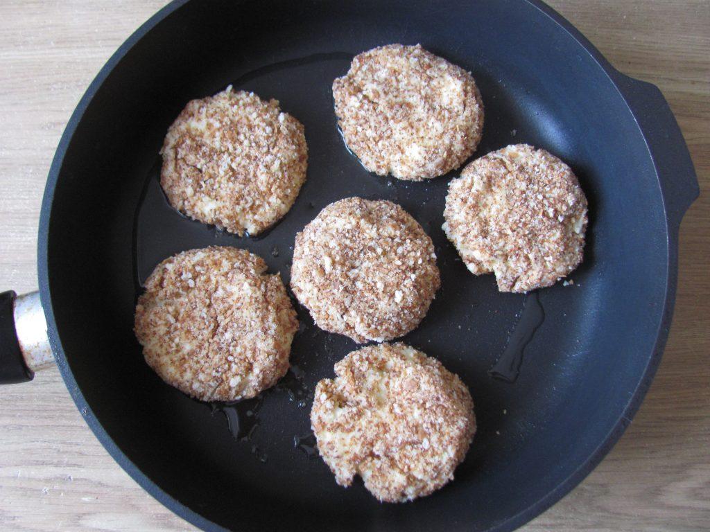 Фото рецепта - Вегетарианские картофельные котлеты в сырном соусе с шампиньонами - шаг 4