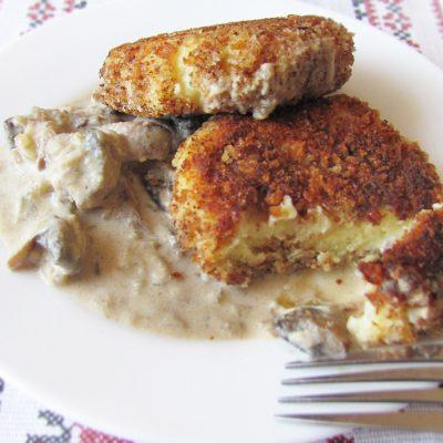 Вегетарианские картофельные котлеты в сырном соусе с шампиньонами - рецепт с фото