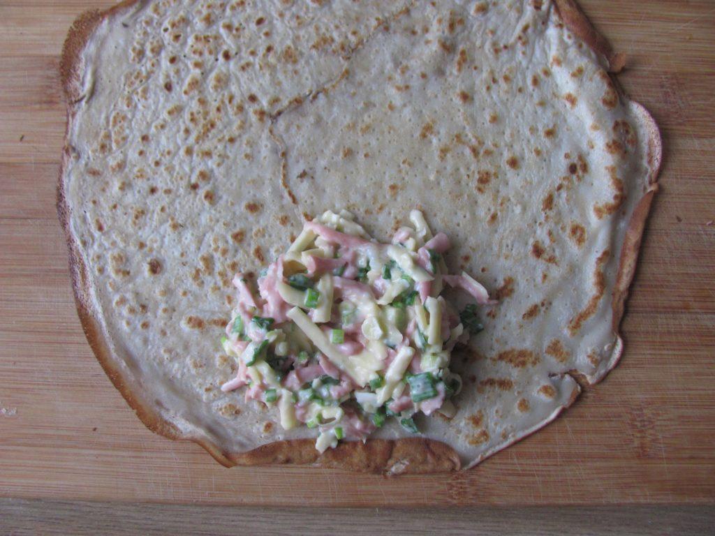 Фото рецепта - Блинчики с начинкой из яиц и колбаски - шаг 10