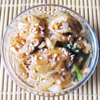 Острый салат из дайкона с мидиями - рецепт с фото
