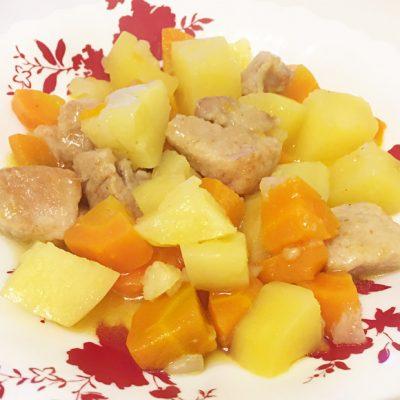 Тушеная картошка со свининой - рецепт с фото