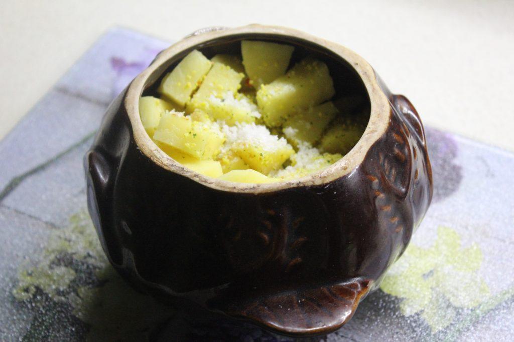 Фото рецепта - Картошка с луком и салом в горшочках - шаг 4