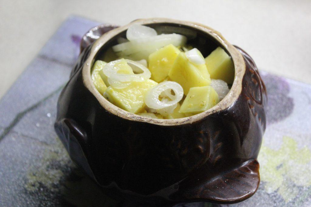 Фото рецепта - Картошка с луком и салом в горшочках - шаг 5