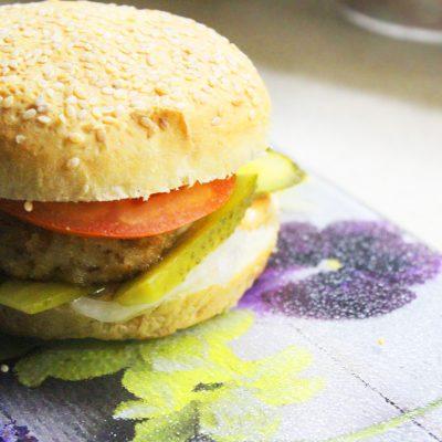 Домашний бургер с куриной котлетой - рецепт с фото
