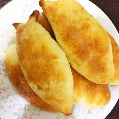 Пирожки на кефире и дрожжевом тесте, с яйцом и рисом - рецепт с фото