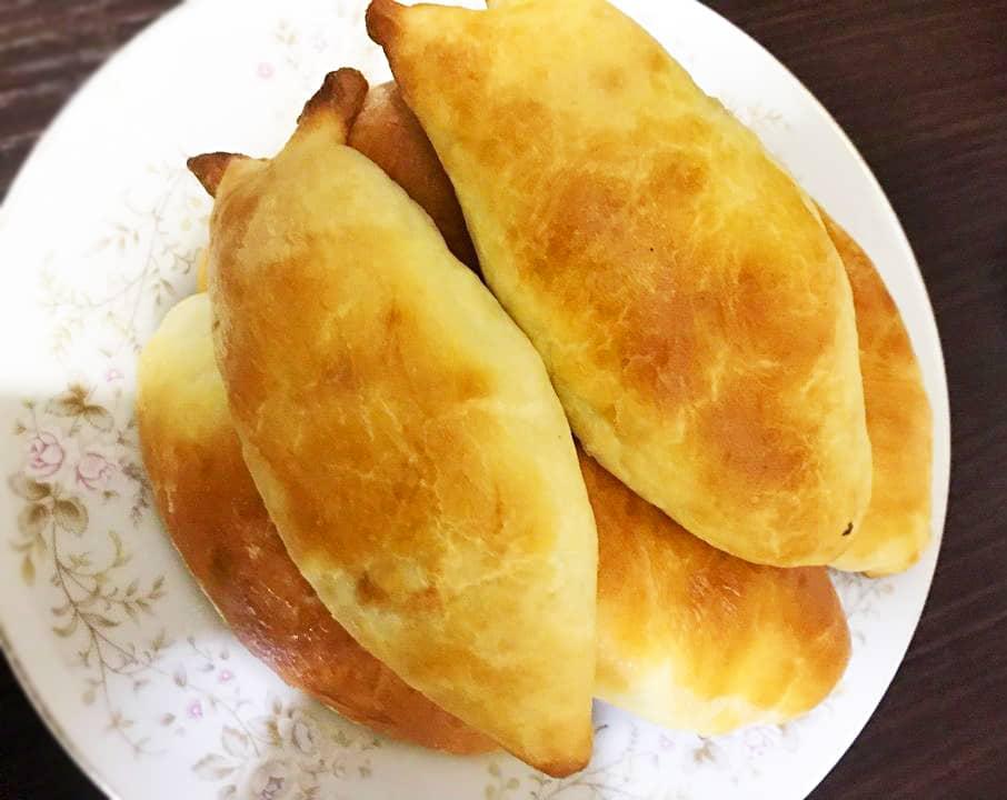 Пирожки на кефире и дрожжевом тесте, с яйцом и рисом