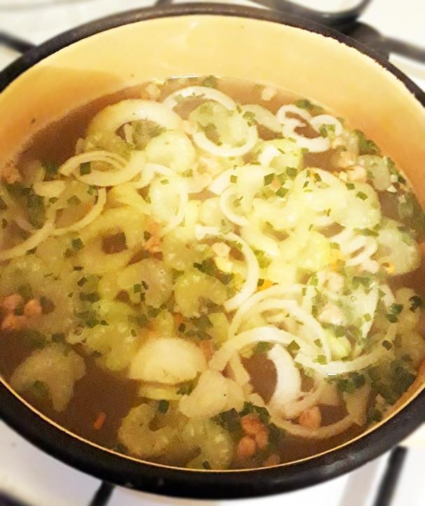Яичный японский суп с лапшой и сельдереем