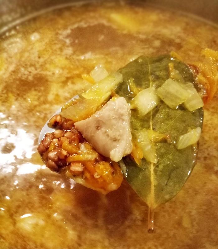 Суп с куриными бедрышками и гречкой