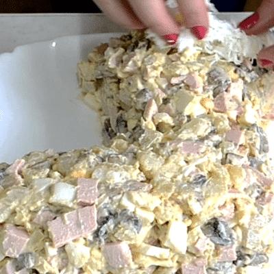 Фото рецепта - Новогодний салат «Сапожок» из овощей с колбасой и грибами - шаг 8