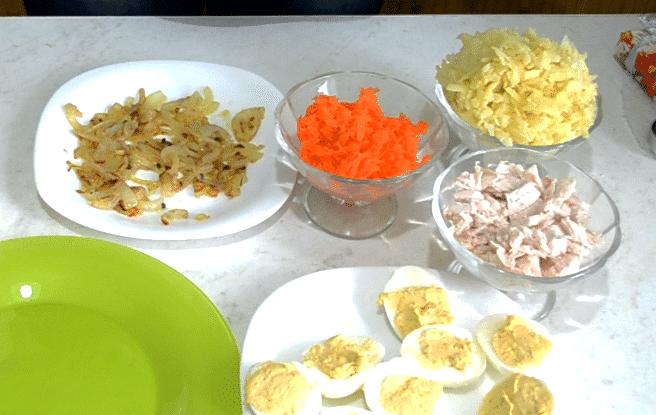 Фото рецепта - Салат «Снежные сугробы» с курицей и яйцами - шаг 6