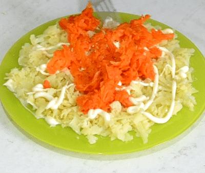 Фото рецепта - Салат «Снежные сугробы» с курицей и яйцами - шаг 9