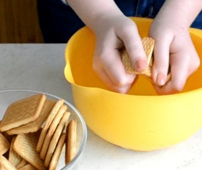 Фото рецепта - Сладкая колбаска с орешками за 10 минут - шаг 2