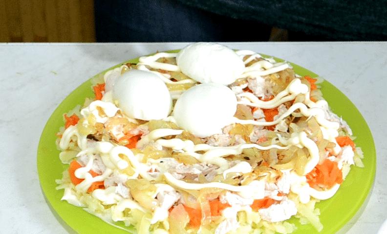 Фото рецепта - Салат «Снежные сугробы» с курицей и яйцами - шаг 12