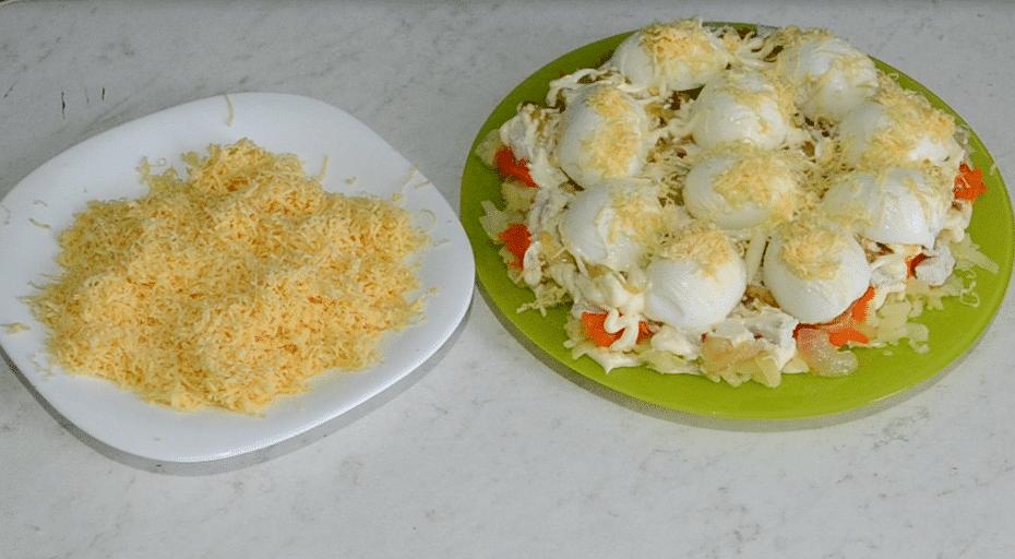 Фото рецепта - Салат «Снежные сугробы» с курицей и яйцами - шаг 14
