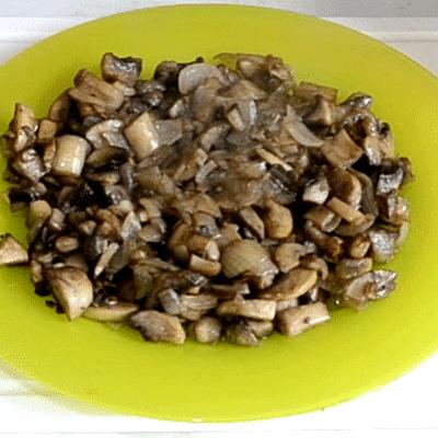 Фото рецепта - Новогодний салат «Сапожок» из овощей с колбасой и грибами - шаг 2