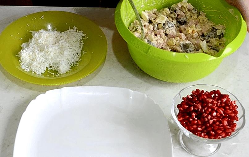 Фото рецепта - Новогодний салат «Сапожок» из овощей с колбасой и грибами - шаг 7