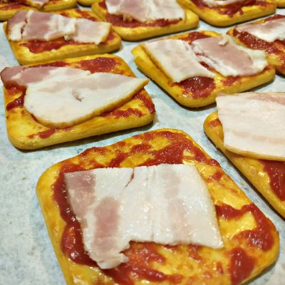 Фото рецепта - Снэки — «пицца» на печенье - шаг 4