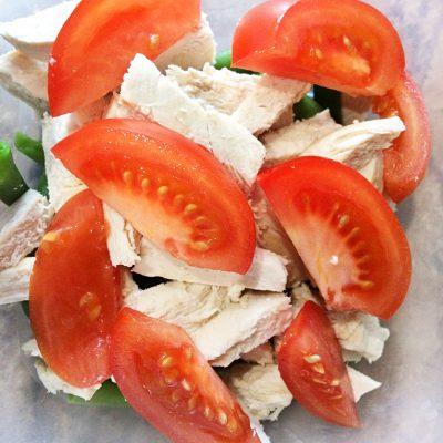 Салат с курицей, помидорами и стручковой фасолью - рецепт с фото