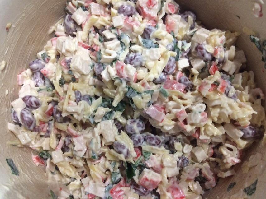 Фото рецепта - Нетипичный крабовый салат с сыром и фасолью - шаг 6