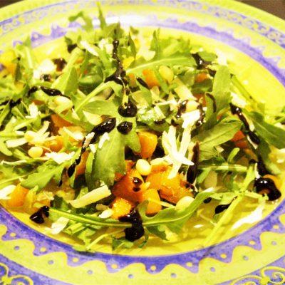 Пикантный салат из тыквы с рукколой - рецепт с фото